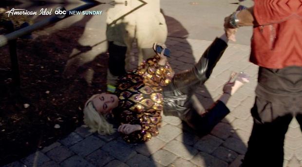Katy Perry loạng choạng, ngã lăn đùng ra đất vì khí ga rò rỉ khi đang quay hình American Idol - Ảnh 3.