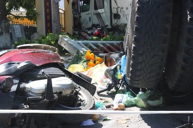 Kinh hoàng xe container nổ bánh mất lái kéo lê 5 xe máy, nhiều người bị thương - Ảnh 3.