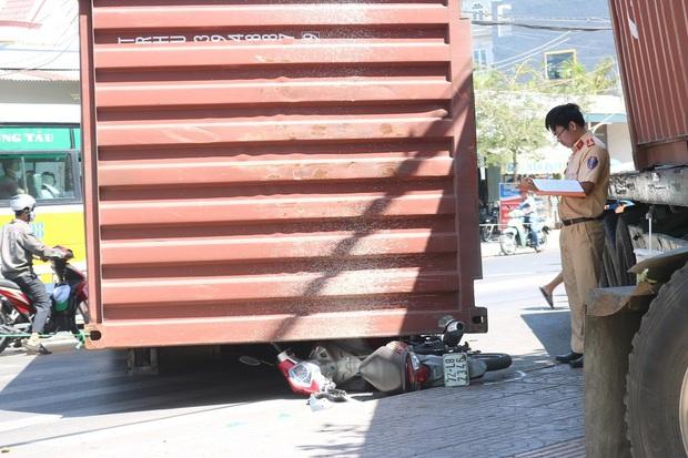 Kinh hoàng xe container nổ bánh mất lái kéo lê 5 xe máy, nhiều người bị thương - Ảnh 5.