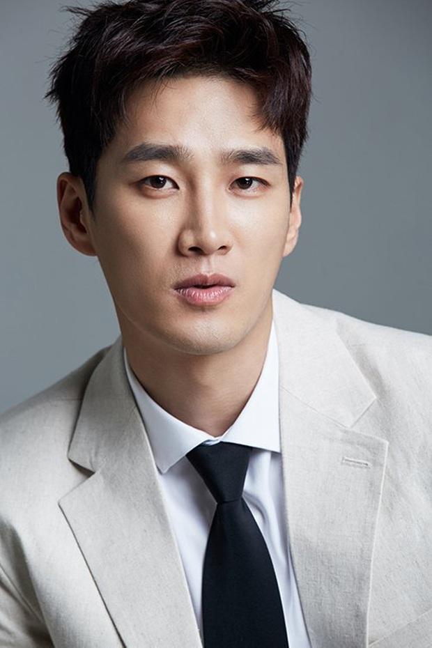 Ác nam Tầng lớp Itaewon: Người mẫu body hot 1000 độ, thân với Song Joong Ki và chuyện thầm crush Song Hye Kyo - Ảnh 2.