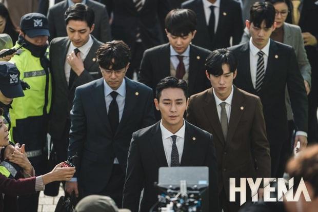 Hyena của chị đại Kim Hye Soo mở màn với rating khủng nhờ màn đấu võ mồm cực căng trên toà - Ảnh 2.