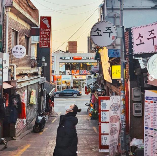 Đông Nhi check-in khu Itaewon đang cực hot, không quên làm thơ dằn mặt nhân vật đặc biệt vì dám dòm ngó Ông Cao Thắng - Ảnh 2.