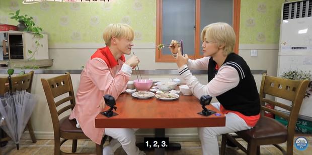 Mấy ai chiều fan như hai chàng trai nhóm nhạc NCT: rủ nhau đi ăn nhưng không quên chụp hình theo chủ đề bạn trai dành tặng fan của mình - Ảnh 10.