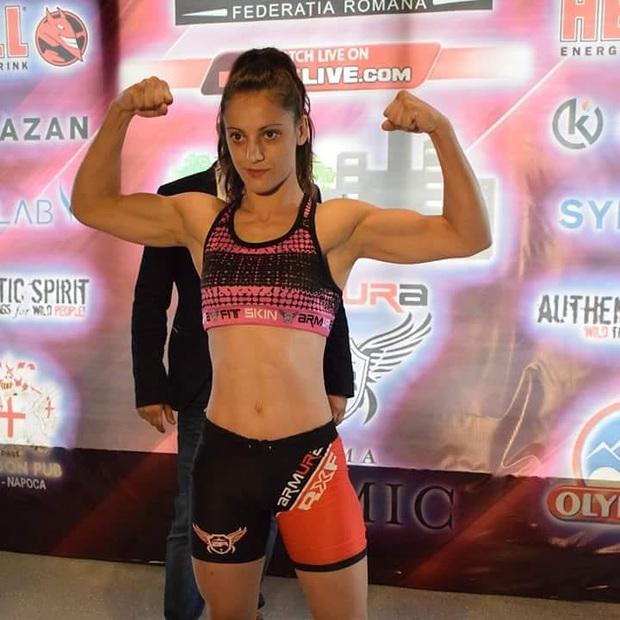 Cay cú vì để thua trong show truyền hình thực tế, nữ võ sĩ MMA xinh đẹp húc đầu khiến đồng đội vỡ mũi, đổ gục đau đớn - Ảnh 3.