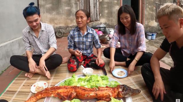 Sau lần ăn một mình một con cá sấu, bà Tân Vlog quyết định nướng hẳn một con siêu to khổng lồ để mời mọi người nhưng chỉ có vài đứa cháu đến - Ảnh 6.