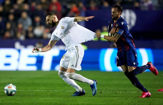 Real Madrid toang thật rồi: Vừa thua cay đắng và dâng ngôi đầu vào tay đại kình địch Barca, vừa mất ngôi sao thế chỗ Ronaldo ở trận đấu cực quan trọng sắp tới - Ảnh 1.