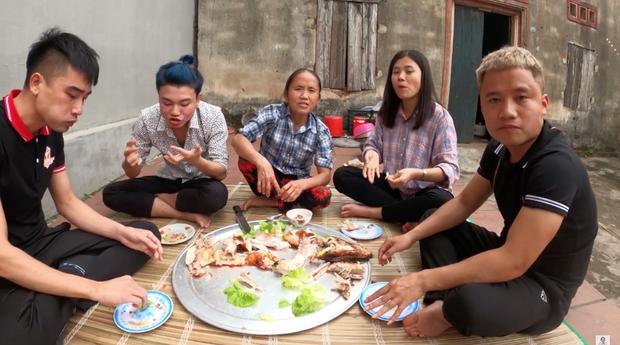 Sau lần ăn một mình một con cá sấu, bà Tân Vlog quyết định nướng hẳn một con siêu to khổng lồ để mời mọi người nhưng chỉ có vài đứa cháu đến - Ảnh 7.