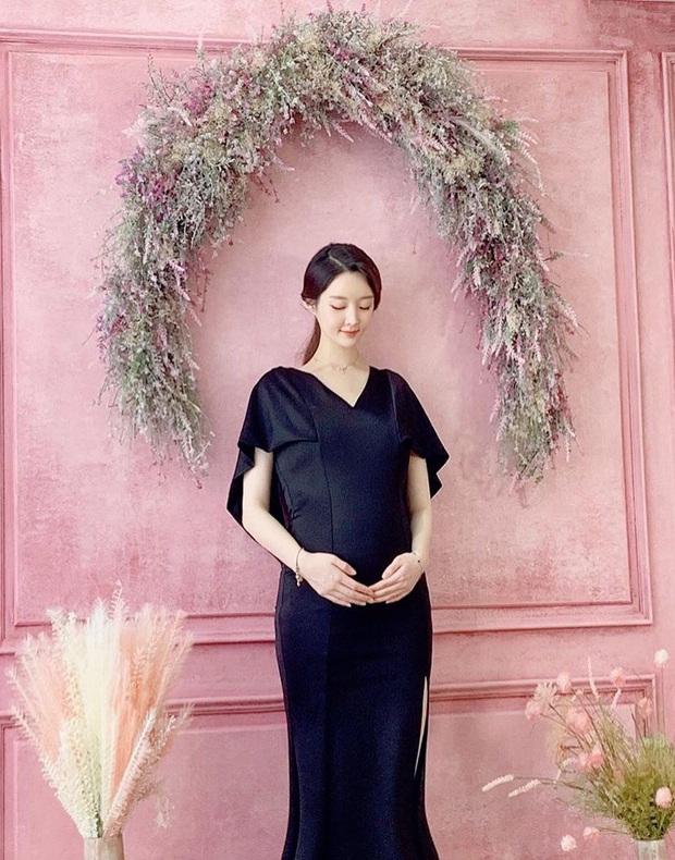 Sau 4 tháng cưới, cựu thành viên T-ara tung ảnh bụng bầu lớn bất ngờ: Gương mặt, thân hình gầy gò gây chú ý - Ảnh 2.