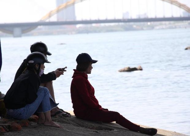 Buồn chuyện tình cảm, thanh niên đưa số điện thoại mẹ cho tài xế Grab rồi nhảy sông tự tử - Ảnh 2.