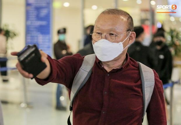 HLV Park Hang-seo vừa đến Nội Bài, đã vượt qua kiểm tra thân nhiệt - Ảnh 2.