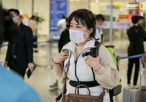 HLV Park Hang-seo vừa đến Nội Bài, đã vượt qua kiểm tra thân nhiệt - Ảnh 4.