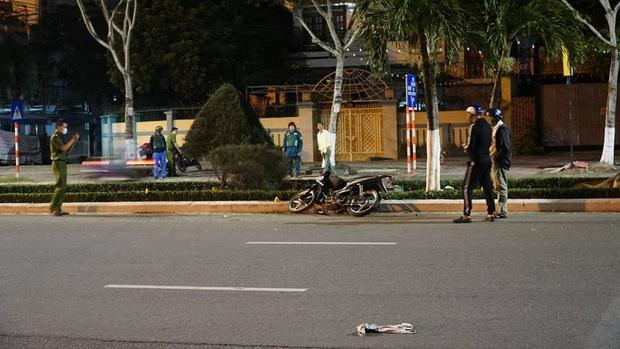 Chạy xe máy tốc độ cao tông vào con lươn ven đường, người đàn ông chết thảm - Ảnh 1.