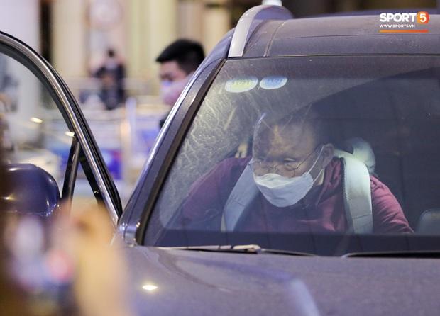 HLV Park Hang-seo vừa đến Nội Bài, đã vượt qua kiểm tra thân nhiệt - Ảnh 6.