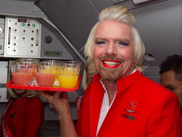 Thua cược đua xe, tỷ phú người Anh phải mặc đồng phục, trang điểm và đóng vai tiếp viên hàng không để phục vụ trên hãng bay đối thủ - Ảnh 2.
