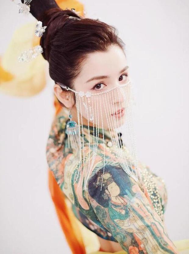 Drama Cbiz: Đối thủ nhan sắc của Địch Lệ Nhiệt Ba tòm tem với sếp, bị bà cả truyền tay sang cho Huỳnh Hiểu Minh - Ảnh 1.