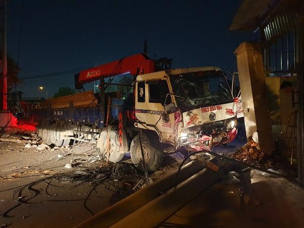 Xe tải mất thắng, tài xế tông sập nhiều trụ điện cứu người dừng đèn đỏ  - Ảnh 2.
