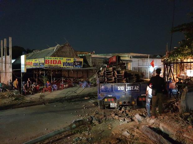 Xe tải mất thắng, tài xế tông sập nhiều trụ điện cứu người dừng đèn đỏ  - Ảnh 3.
