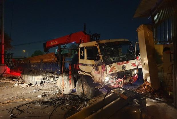 Xe tải mất thắng, tài xế tông sập nhiều trụ điện cứu người dừng đèn đỏ  - Ảnh 1.