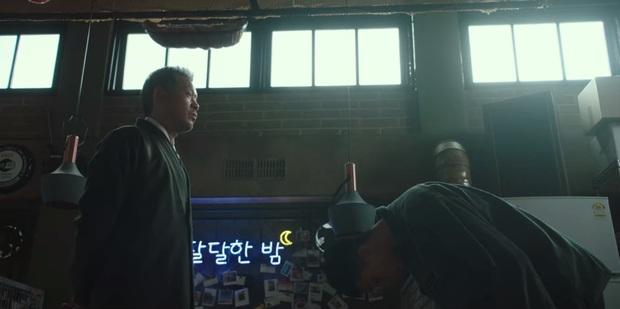 3 lần cúi đầu đầy nghĩa khí của anh chủ quán Park Seo Joon trước trùm ác nhân Tầng Lớp Itaewon - Ảnh 1.
