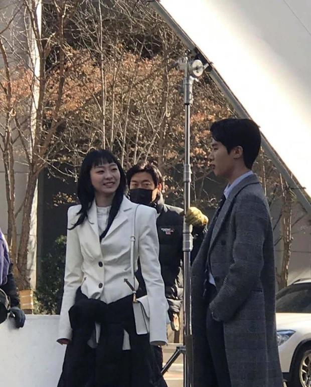 Lộ ảnh hậu trường Tầng Lớp Itaewon: Điên nữ lột xác trưởng thành, cười tươi rói bên nam phụ tổng tài, chuyện gì đây? - Ảnh 1.