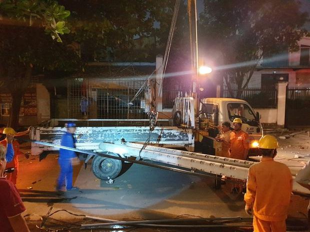Xe tải mất thắng, tài xế tông sập nhiều trụ điện cứu người dừng đèn đỏ  - Ảnh 4.