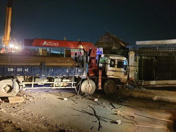 Xe tải mất thắng, tài xế tông sập nhiều trụ điện cứu người dừng đèn đỏ  - Ảnh 5.