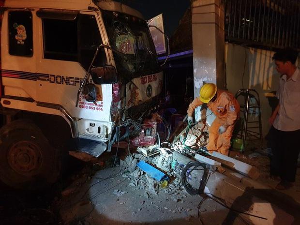 Xe tải mất thắng, tài xế tông sập nhiều trụ điện cứu người dừng đèn đỏ  - Ảnh 6.