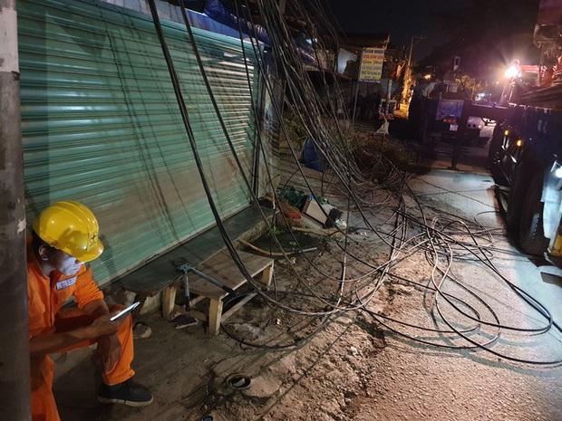 Xe tải mất thắng, tài xế tông sập nhiều trụ điện cứu người dừng đèn đỏ  - Ảnh 7.