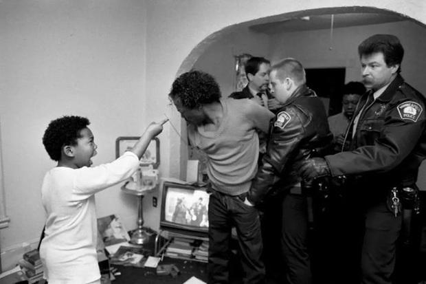 Nữ nhiếp ảnh gia mất cảm giác an toàn ở nơi gọi là nhà khi chứng kiến bạo lực gia đình cùng hàng loạt câu chuyện bi kịch đằng sau - Ảnh 7.
