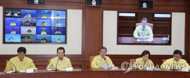 Hàn Quốc tăng mức cảnh báo cao nhất: 6 người chết, 602 ca nhiễm virus corona, 329 người có liên quan đến giáo phái ở Daegu - Ảnh 2.