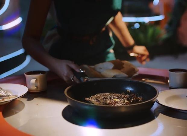 Hóa ra MV mới của Tóc Tiên toàn ẩn dụ hình ảnh về tình yêu với Touliver, từ người ngoài hành tinh đến sở thích ăn thịt bò? - Ảnh 7.