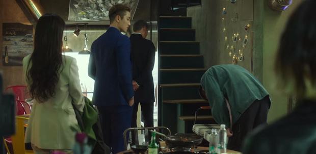 3 lần cúi đầu đầy nghĩa khí của anh chủ quán Park Seo Joon trước trùm ác nhân Tầng Lớp Itaewon - Ảnh 3.