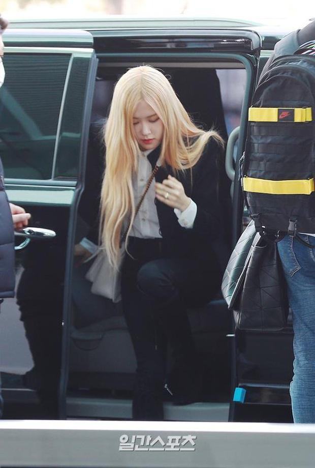 Chưa đến Paris dự show, Rosé (BLACKPINK) đã biến sân bay thành sàn catwalk: Xinh hớp hồn, body khiến dân tình câm nín - Ảnh 2.