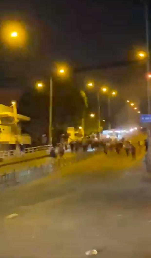 Công an nổ súng ngăn chặn 2 nhóm thanh niên hỗn chiến trên phố Sài Gòn - Ảnh 1.