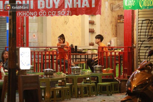 Người dân bắt đầu chủ quan giữa dịch Covid-19: phố Tạ Hiện vẫn đông đúc người ăn nhậu, nhân viên cafe không đeo khẩu trang - Ảnh 9.