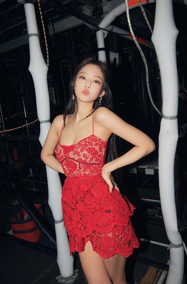 Lụa nào cũng đẹp vì Jennie, bao gồm cả váy ren đỏ kém sang không lối thoát từng khiến nhiều sao Việt lọt hố - Ảnh 4.