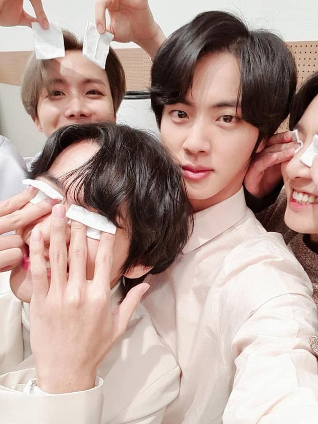 Quân đoàn trai đẹp BTS quyết quậy banh nóc để cản trở Jin selfie, ai ngờ nhan sắc thật lồ lộ trước camera - Ảnh 3.