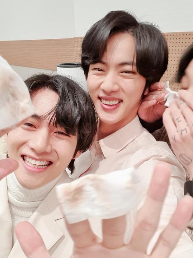 Quân đoàn trai đẹp BTS quyết quậy banh nóc để cản trở Jin selfie, ai ngờ nhan sắc thật lồ lộ trước camera - Ảnh 4.