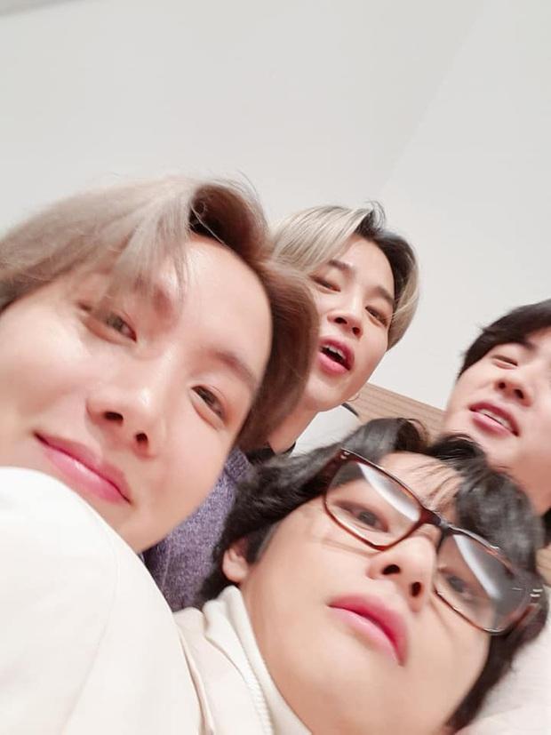 Quân đoàn trai đẹp BTS quyết quậy banh nóc để cản trở Jin selfie, ai ngờ nhan sắc thật lồ lộ trước camera - Ảnh 2.