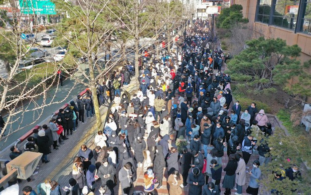 Tại tâm dịch virus corona ở Hàn Quốc lúc này: Người dân rồng rắn xếp hàng dài trăm mét mua khẩu trang - Ảnh 3.