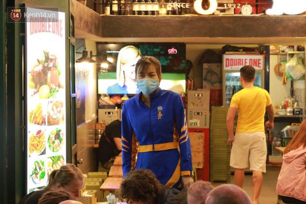 Người dân bắt đầu chủ quan giữa dịch Covid-19: phố Tạ Hiện vẫn đông đúc người ăn nhậu, nhân viên cafe không đeo khẩu trang - Ảnh 8.