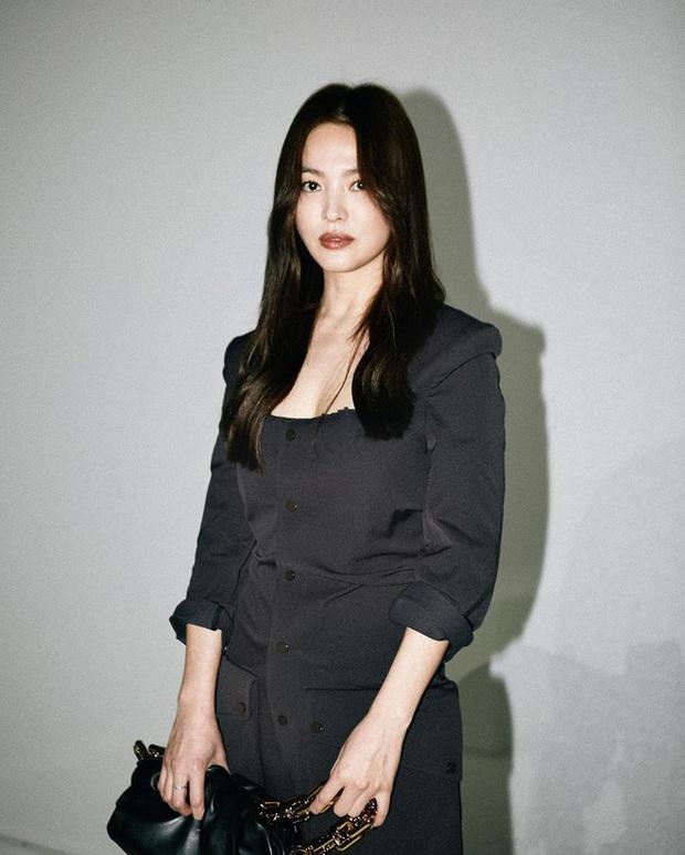 Bị Knet chê đã có tuổi, Song Hye Kyo đáp lại chỉ với 2 bức ảnh selfie: Đường nét và làn da đỉnh thế này còn chê cái gì? - Ảnh 6.