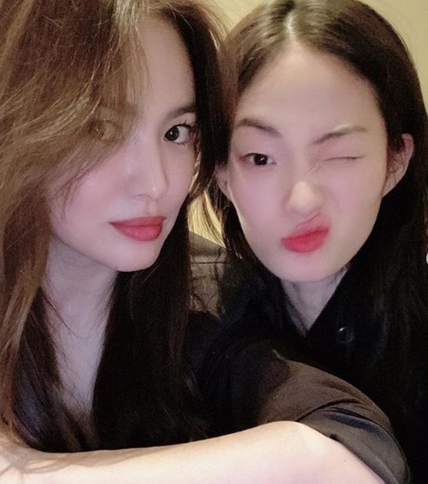 Bị Knet chê đã có tuổi, Song Hye Kyo đáp lại chỉ với 2 bức ảnh selfie: Đường nét và làn da đỉnh thế này còn chê cái gì? - Ảnh 3.