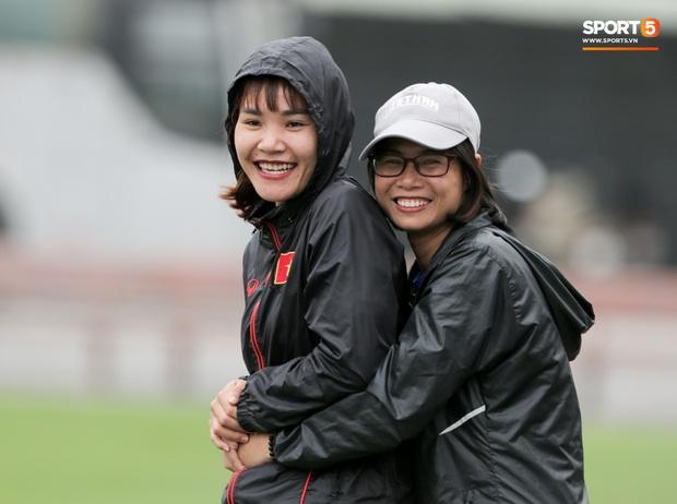 HLV Park Hang-seo thảnh thơi dắt chó cưng đi dạo, cổ vũ tuyển nữ Việt Nam tập luyện chiều 25/2 - Ảnh 7.