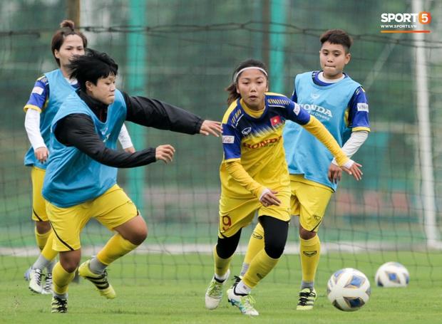 HLV Park Hang-seo thảnh thơi dắt chó cưng đi dạo, cổ vũ tuyển nữ Việt Nam tập luyện chiều 25/2 - Ảnh 6.