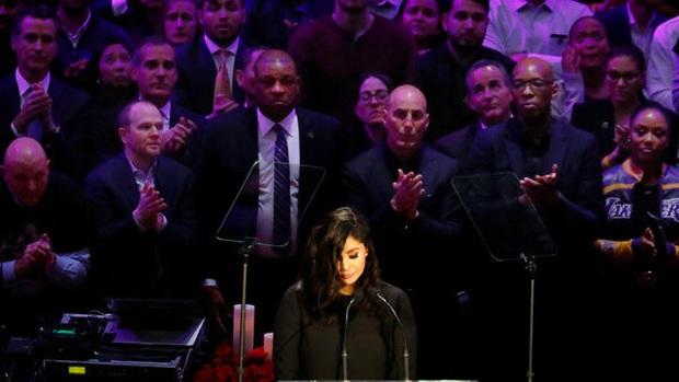 Lễ tưởng niệm Kobe Bryant: Jennifer Lopez - Michael Jordan bật khóc bên dàn sao, Alicia Keys - Beyonce biểu diễn trước 20.000 người - Ảnh 2.