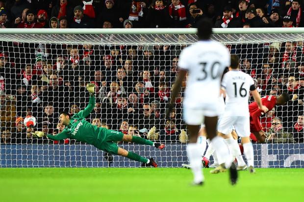 Liverpool lập 2 kỷ lục nhưng cũng hết cơ hội san bằng một kỷ lục khác sau chiến thắng hú vía trước đối thủ trong nhóm xuống hạng - Ảnh 4.