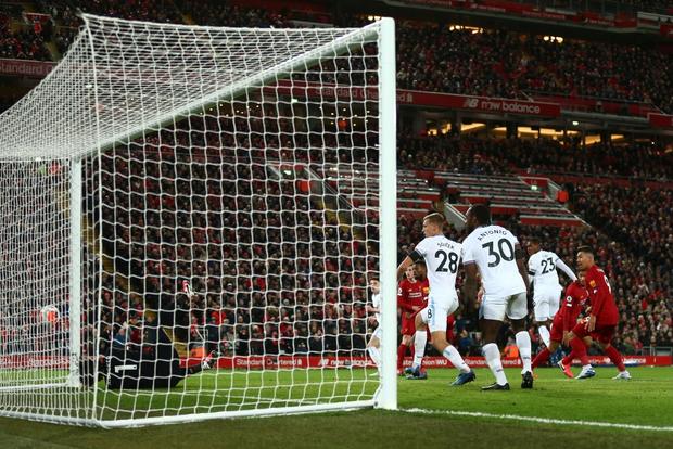 Liverpool lập 2 kỷ lục nhưng cũng hết cơ hội san bằng một kỷ lục khác sau chiến thắng hú vía trước đối thủ trong nhóm xuống hạng - Ảnh 6.