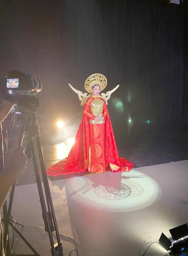 Hoài Sa hé lộ sương sương Quốc phục tại Miss International Queen 2020: Áo dài đỏ rực, quyền lực như nữ chiến binh - Ảnh 3.