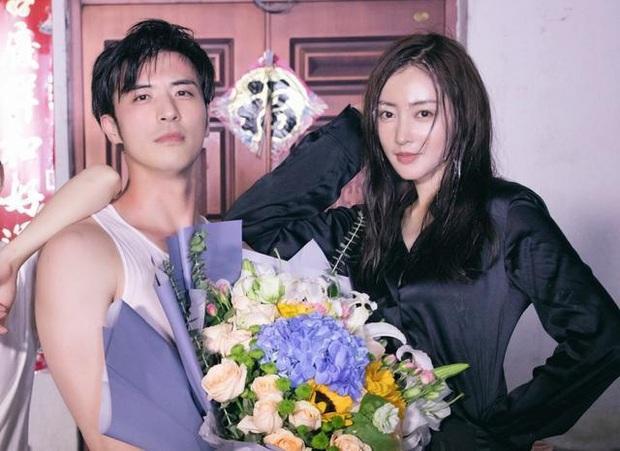 Ở nhà quay vlog, Trương Thiên Ái vô tình lộ loạt bằng chứng hẹn hò với mỹ nam đã có bạn gái của Tại Sao Boss Muốn Cưới Tôi - Ảnh 1.